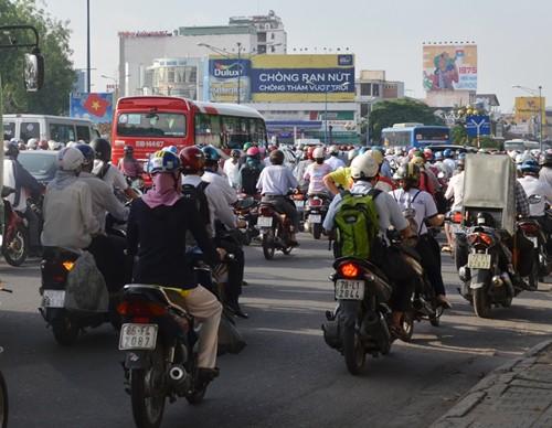 Xe máy vào làn ô tô trên đường Trường Chinh: Đã bớt kẹt  - ảnh 2