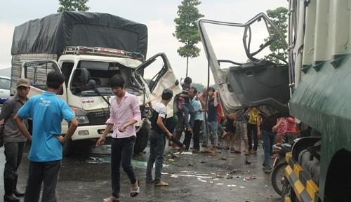 Hai xe tải tông nhau trên cao tốc Mỹ Phước – Tân Vạn  - ảnh 1
