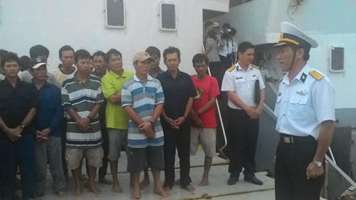 Tàu chìm, 32 ngư dân vật lộn với sóng ở vùng biển Trường Sa - ảnh 2