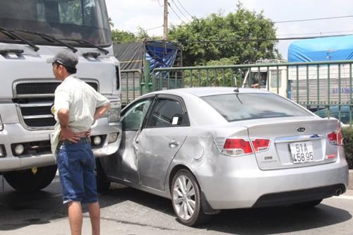 Quay đầu xe, ô tô bị xe tải tông nát - ảnh 1