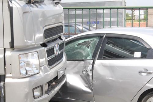 Quay đầu xe, ô tô bị xe tải tông nát - ảnh 2