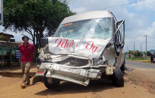 Hai ô tô tông trực diện, 6 người chết và bị thương - ảnh 1