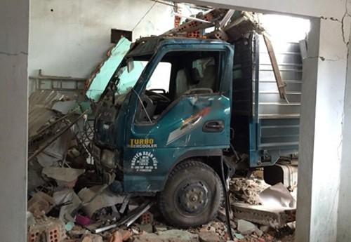 Xe tải lao lên lề đường đâm sập nhà dân - ảnh 1