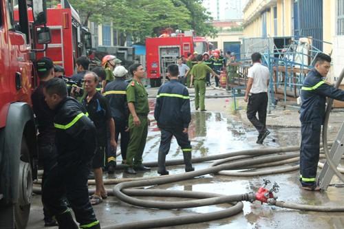 Cháy xưởng ô tô, nhiều nhà dân đang bị đe dọa - ảnh 1