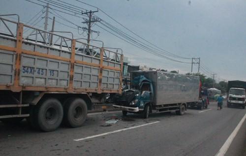 Húc đuôi xe tải, phụ xe tử vong - ảnh 1