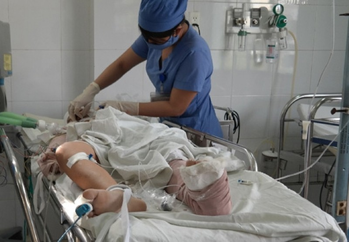 Hai cháu nhỏ bị tai nạn trên cầu Thuận Phước còn nguy kịch - ảnh 1