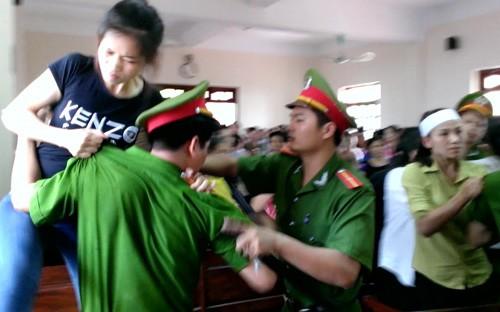 Người nhà gây náo loạn khi nghe toà tuyên 'vụ quan tài diễu phố' - ảnh 4