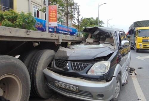 Đâm vào xe đầu kéo, 3 người chết, 5 người bị thương - ảnh 1
