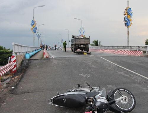 Công an cấm xe qua cầu để khám nghiệm một vụ tai nạn - ảnh 2