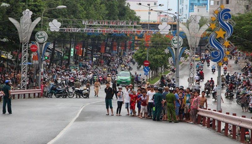 Công an cấm xe qua cầu để khám nghiệm một vụ tai nạn - ảnh 1
