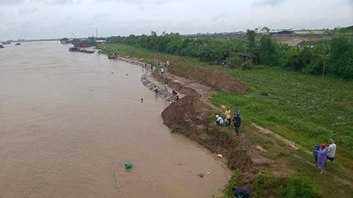 Đổ xô đi câu hàng trăm tấn cá bị sổng trên sông Kinh Thầy - ảnh 3