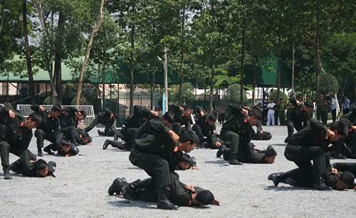 Xem cảnh sát cơ động Bình Dương trình diễn võ thuật - ảnh 2