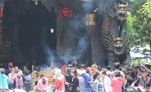 Nhiều người đến chùa dịp rằm tháng bảy - ảnh 1