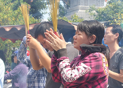 Nhiều người đến chùa dịp rằm tháng bảy - ảnh 3