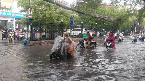 Nhiều tuyến phố Hà Nội thành sông sau mưa lớn - ảnh 1