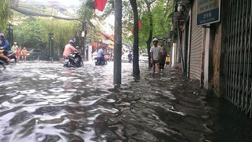 Nhiều tuyến phố Hà Nội thành sông sau mưa lớn - ảnh 2