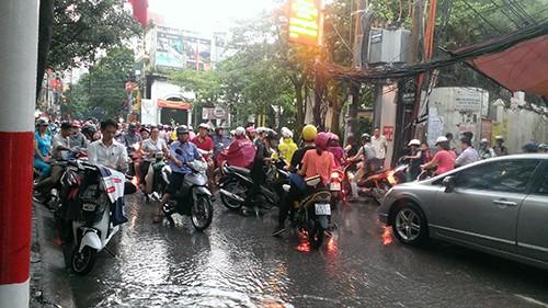 Nhiều tuyến phố Hà Nội thành sông sau mưa lớn - ảnh 4