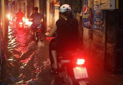 Nhiều tuyến phố Hà Nội thành sông sau mưa lớn - ảnh 6