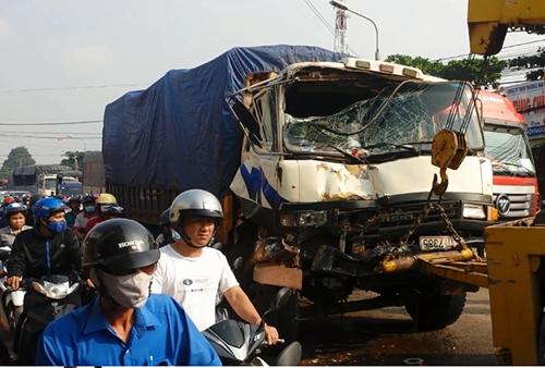 Hai xe cứu hỏa bị ô tô tải đâm sầm - ảnh 1