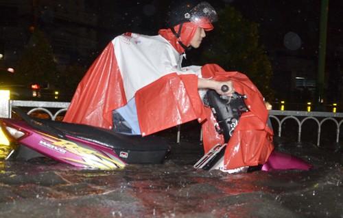 Phố Sài Gòn ngập đến yên xe, báo cáo nói 'ngập sâu nhất 50cm' - ảnh 4