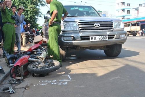 Ô tô cán ba xe máy làm bốn người trọng thương - ảnh 1