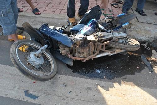 Ô tô cán ba xe máy làm bốn người trọng thương - ảnh 2