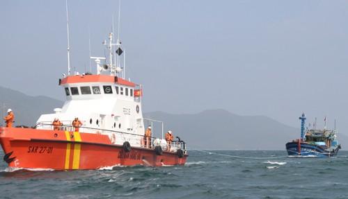 Tàu SAR27-01 kéo tàu bị nạn cùng 12 thuyền viên vào bờ - ảnh 1