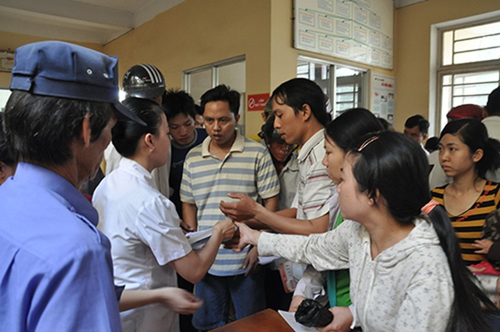 Bác sĩ các trạm y tế ít thời gian để khám, chữa bệnh - ảnh 1