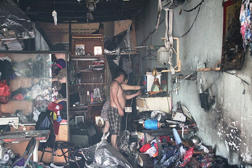 Cháy rụi dãy ki ốt ở Bến Bình Đông, một cô gái tử vong - ảnh 2