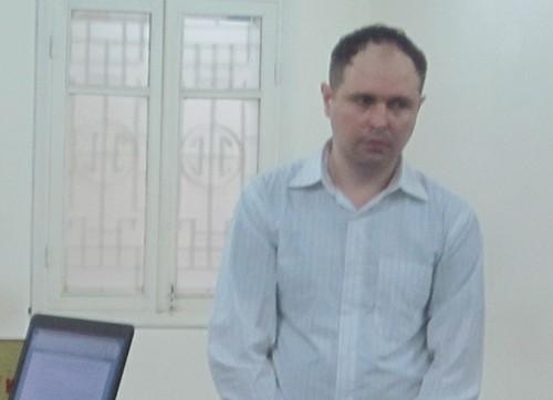 Dùng thẻ giả rút tiền, một người ngoại quốc lãnh 3 năm tù - ảnh 1