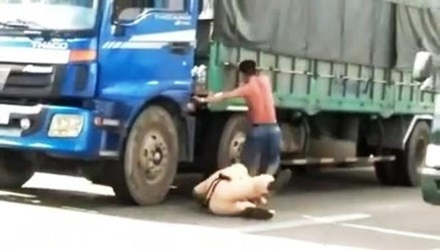 Tài xế đạp cảnh sát giao thông xuống đường bị khởi tố, bắt giam - ảnh 1