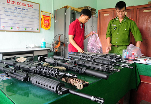 Xe khách chở 18 khẩu súng và 22 hộp tiếp đạn - ảnh 1
