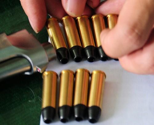 Xe khách chở 18 khẩu súng và 22 hộp tiếp đạn - ảnh 3