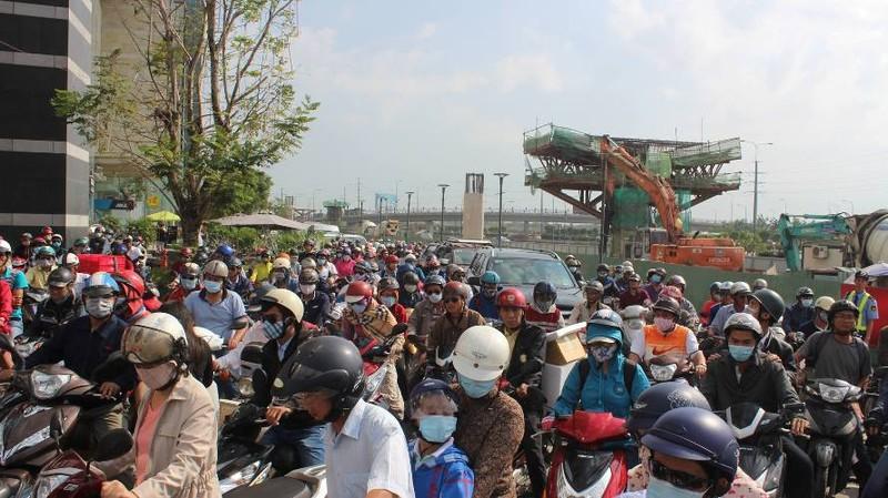 Ô tô đâm hàng loạt xe máy, cửa ngõ Sài Gòn kẹt cứng - ảnh 8