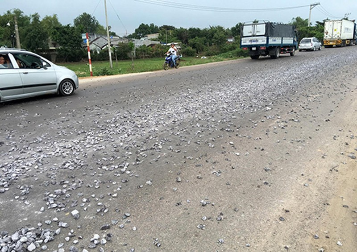 Cả chục cảnh sát dọn đá dăm do xe tải rải trên đường - ảnh 1