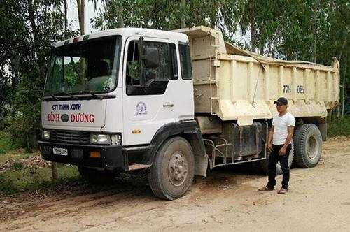Cả chục cảnh sát dọn đá dăm do xe tải rải trên đường - ảnh 3
