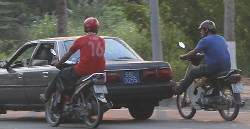 Ô tô biển xanh 'nhờ' hai xe máy đẩy chạy trên quốc lộ - ảnh 1