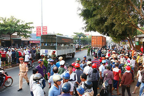Thai phụ bị xe container cuốn vào gầm - ảnh 1