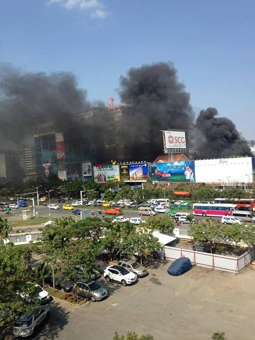 Cháy ở gần sân bay Tân Sơn Nhất - ảnh 2