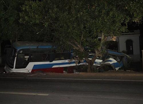 Xe tải tông ô tô khách, 3 người thương vong - ảnh 1