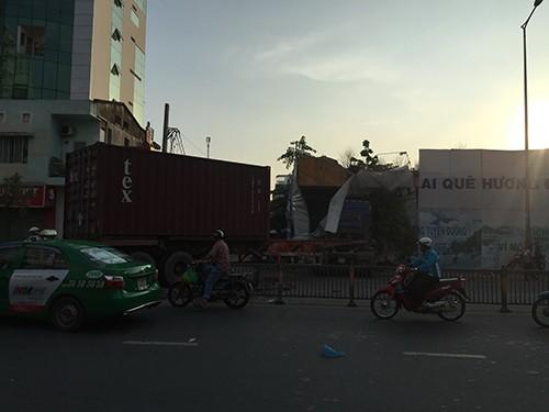 Container 'cào' dải phân cách, cắm vào tường giữa trung tâm Sài Gòn - ảnh 1