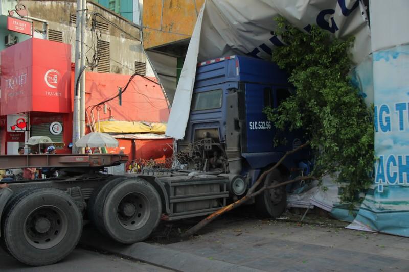 Container 'cào' dải phân cách, cắm vào tường giữa trung tâm Sài Gòn - ảnh 2