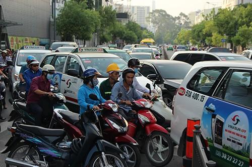 Container 'cào' dải phân cách, cắm vào tường giữa trung tâm Sài Gòn - ảnh 4