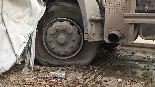 Container 'cào' dải phân cách, cắm vào tường giữa trung tâm Sài Gòn - ảnh 3