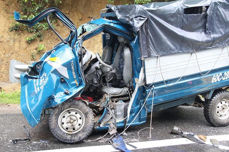 Xe tải lạc tay lái tông trực diện ô tô trên đèo Chuối - ảnh 1
