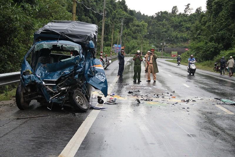 Xe tải lạc tay lái tông trực diện ô tô trên đèo Chuối - ảnh 2