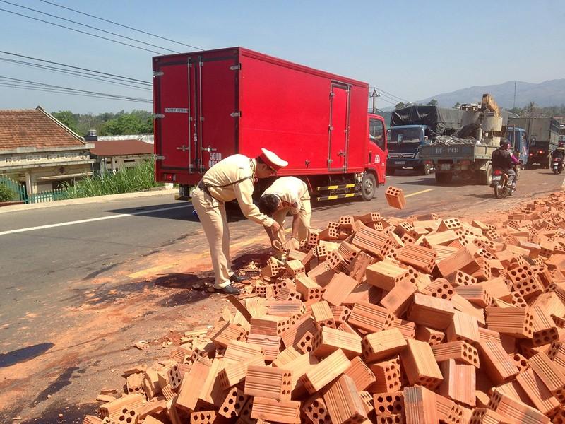 Ô tô tải lật nhào, gạch tràn ra đường - ảnh 1