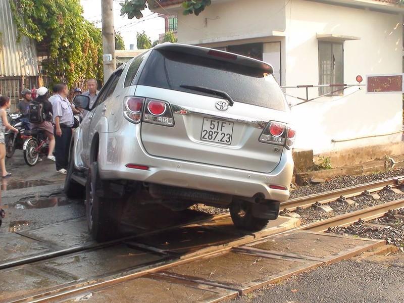 Ô tô kẹt trên đường ray khi đoàn tàu đang lao tới - ảnh 1