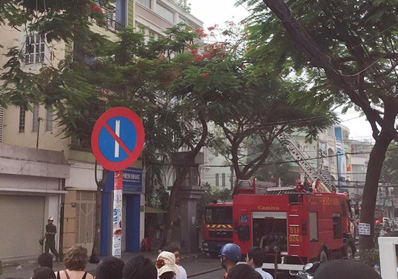 Cứu 11 người trong đám cháy ở trung tâm TP.HCM - ảnh 1