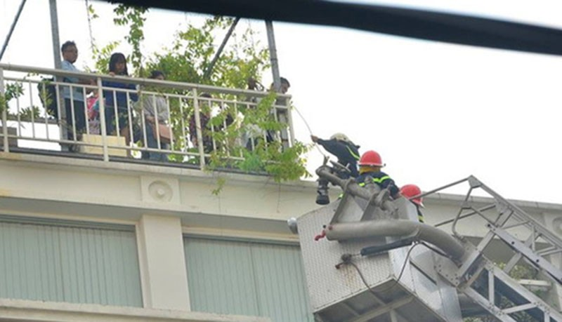 Cứu 11 người trong đám cháy ở trung tâm TP.HCM - ảnh 2